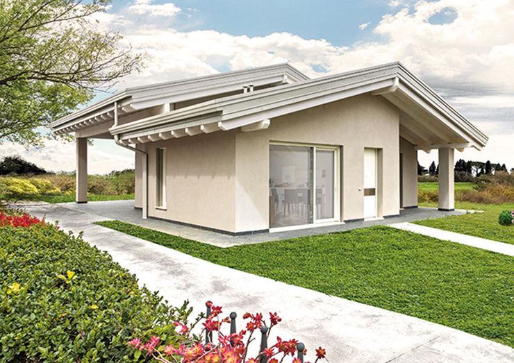 Esterno con il doppio tetto a falde Biocasanatura - case in legno Case classiche
