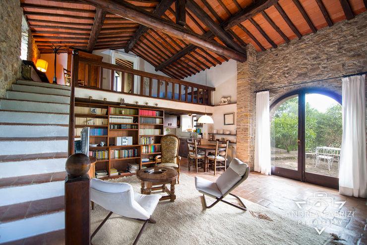 Dependance / Libreria / Salotto / Soppalco / Chaise-longue / Travi / Soffitto / Cotto / Legno / Scale Andrea Fabrizi Soggiorno rurale
