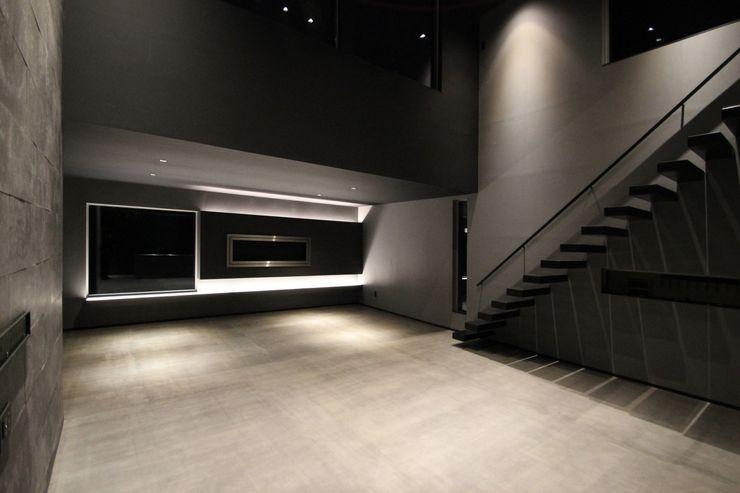 クリエイティブに暮らす TKD-ARCHITECT モダンデザインの リビング コンクリート 黒色