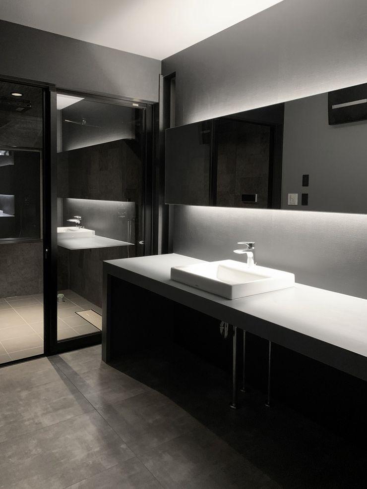 クリエイティブに暮らす TKD-ARCHITECT モダンスタイルの お風呂 コンクリート 黒色