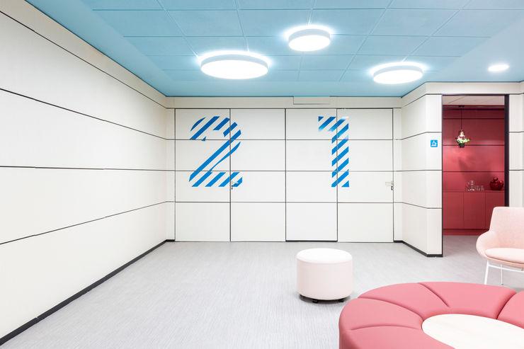 Pasillos y zona de reunión renovadas. Interiorismo y decoración en Madrid / Kando Estudio Oficinas y tiendas de estilo moderno Azul