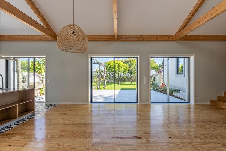 Sala - Casa em S. Mamede (arquitetura) - SHI Studio Interior Design ShiStudio Interior Design Salas de estar escandinavas