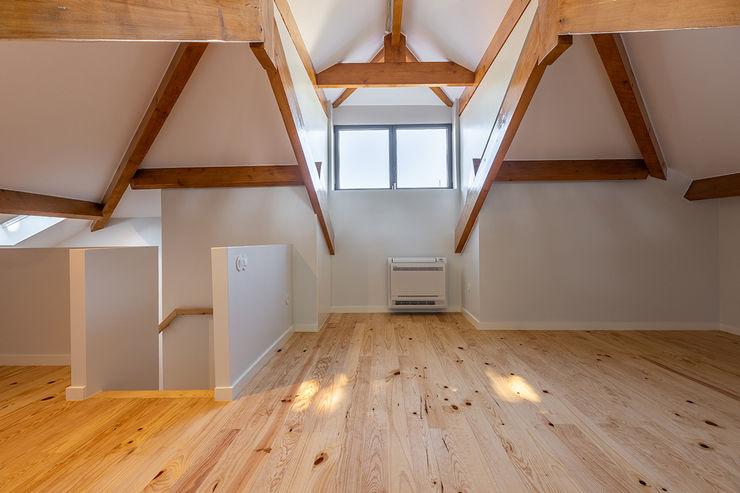 Sotão - Casa em S. Mamede (arquitetura) - SHI Studio Interior Design ShiStudio Interior Design Salas de estar escandinavas