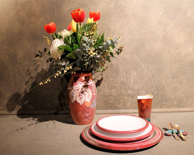 Tavola moderna in maiolica di Faenza Ceramiche Lega di Martina Scarpa Sala da pranzo moderna Ceramica Rosso