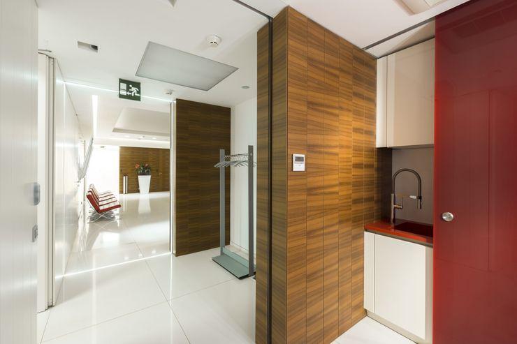 Teak wood wall coverings, sliding glass doors, Moscow office Tognini Bespoke Furniture Walls & flooringWall & floor coverings Wood Brown