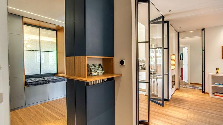 ingresso MOB ARCHITECTS Ingresso, Corridoio & Scale in stile moderno
