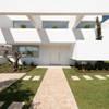 Cinco Terraços e um Jardim: Habitações translation missing: pt.style.habitações.moderno por Corpo Atelier