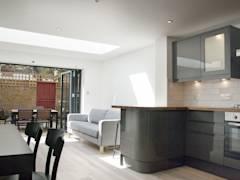 Open plan kitchen and living room: modern Living room by GK Architects Ltd