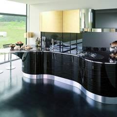 Italienische Designerküchen mit Küchenoberflächen aus edlem Echtholz : moderne Küche von Küchengaleria Oßwald GmbH