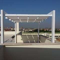 Pergolato con teli Bianco: Giardino in stile in stile Moderno di RicreArt - Italmaxitetto