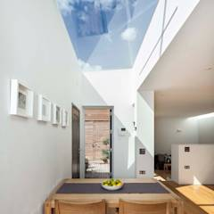 Courtyard House  -  East Dulwich: modern Dining room by Designcubed