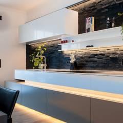Wohnküche Tholey: moderne Küche von Bolz Licht & Design GmbH