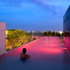 Casa Sevilla: Piscinas de estilo  de MARIO COREA ARQUITECTURA