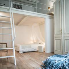 via delle Orfane: Camera da letto in stile  di con3studio