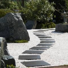 Von den Neunzigern in ein kontemplatives Gartenerleben 2015 - Privatgarten im ZEN - Stil: asiatischer Garten von Kokeniwa Japanische Gartengestaltung
