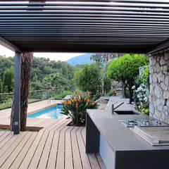 Cuisine d'été: Terrasse de style translation missing: fr.style.terrasse.moderne par INSIDE Création