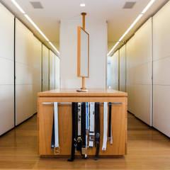 Amazing House in Barra - R10 (Ronaldinho): moderne Ankleidezimmer von Airbnb Germany GmbH