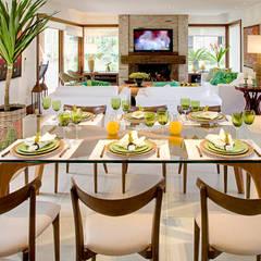 Residência MV praia: eclectic Dining room by Maria Christina Rinaldi Arquitetos