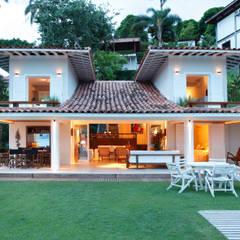 Casa Angra I: Casas campestres por Escala Arquitetura