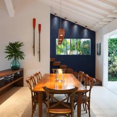 Casa Angra I: Salas de jantar campestres por Escala Arquitetura