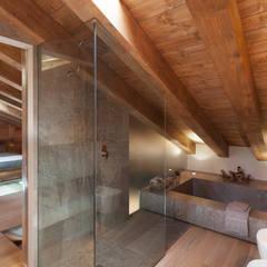 UN CALDO CHALET DI  DESIGN : Bagno in stile in stile Scandinavo di archstudiodesign