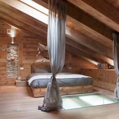 UN CALDO CHALET DI  DESIGN : Camera da letto in stile in stile Scandinavo di archstudiodesign