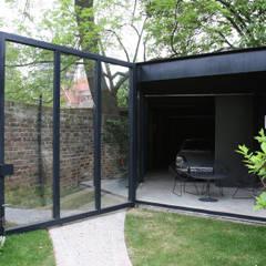 Garages de estilo moderno por IQ Glass UK