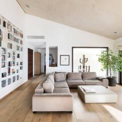 sala de estar: Salones de estilo moderno de margarotger interiorisme