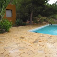 Laja Solnhofen irregular: Piscinas de estilo mediterráneo de Solnhofen Piedra Natural, S.L.