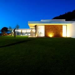 Augusta House: Habitações translation missing: pt.style.habitações.minimalista por Risco Singular - Arquitectura Lda