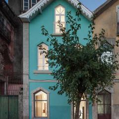 Chalé das Três Esquinas: Habitações translation missing: pt.style.habitações.ecletico por Tiago do Vale Arquitectos