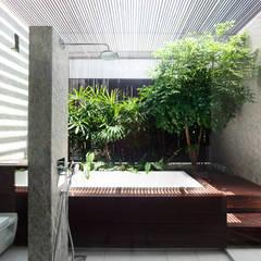Spa de estilo moderno por HYLA Architects