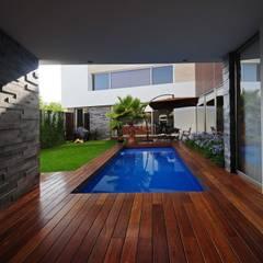 Casa EV: Albercas de estilo moderno por ze|arquitectura