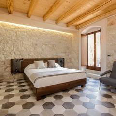 Casa Salina : Camera da letto in stile In stile Country di Viviana Pitrolo architetto