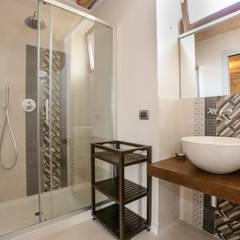 Casa Salina : Bagno in stile In stile Country di Viviana Pitrolo architetto