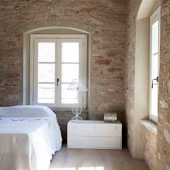 Rustico di Seravezza (Forte dei Marmi): Camera da letto in stile in stile Rustico di Architetto Silvia Giacobazzi