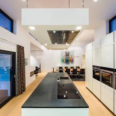 Kaskadenhaus - Einfamilienwohnhaus in Bürstadt: moderne Küche von Helwig Haus und Raum Planungs GmbH