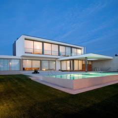 Casa GC: Habitações translation missing: pt.style.habitações.moderno por Atelier d'Arquitectura J. A. Lopes da Costa