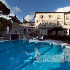Villa Libera: Piscina in stile in stile Moderno di studiodonizelli