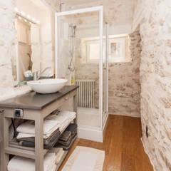 L'envers du décor: Salle de bain de style de style Méditerranéen par Pixcity, Agence de photographie