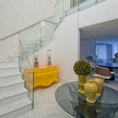 Casa em Jurerê Internacional - SC - Brasil: Corredores, halls e escadas clássicos por Samara Barbosa Arquitetura