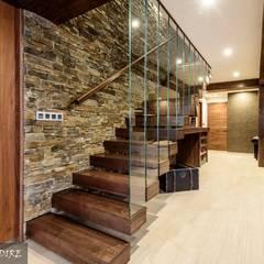 Reforma integral de vivienda: Pasillos, vestíbulos y escaleras de estilo moderno de Indire Reformas S.L.