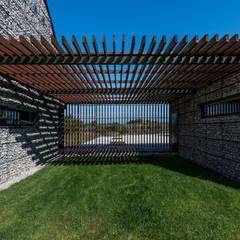 Garages de estilo moderno por Kropka Studio
