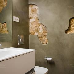 Restaurar vivienda en finca gótica: Baños de estilo rústico de Torres Estudio Arquitectura Interior