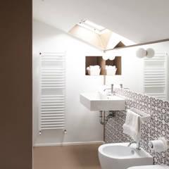 bagno mansarda: Bagno in stile in stile Eclettico di Plastudio