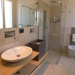 Bagno Zona Note Casa Mazzara due: Bagno in stile in stile Moderno di Alfonso D'errico Architetto