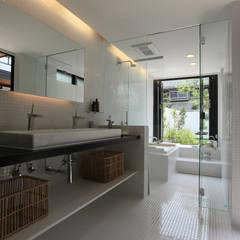 House with the bath of bird: Sakurayama-Architect-Designが手掛けたtranslation missing: jp.style.洗面所-お風呂-トイレ.modern洗面所/お風呂/トイレです。