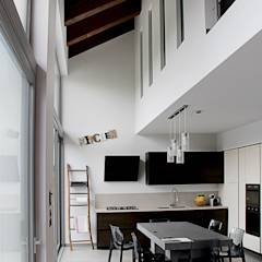 SAN BENIGNO HOUSE: Cucina in stile in stile Moderno di Studio 06
