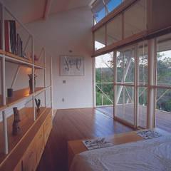 Casa Eugênia por Joao Diniz Arquitetura: Quartos translation missing: br.style.quartos.moderno por JOAO DINIZ ARQUITETURA