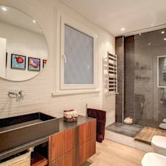 LA CASA DI AMBRA: Bagno in stile in stile Moderno di MOB ARCHITECTS
